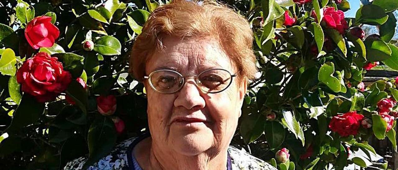 María Jesús García, ayer, en su domicilio de Carbayín.   A. I.
