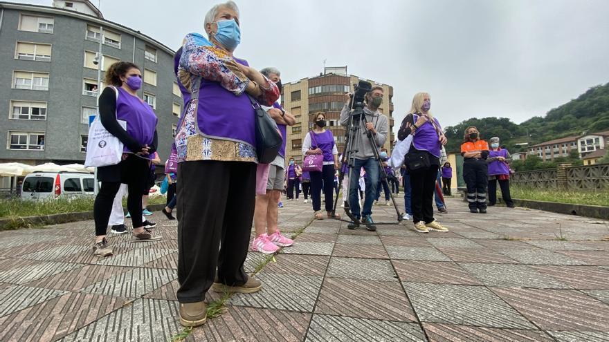 Más de cien mujeres marchan en Lena contra la violencia de género