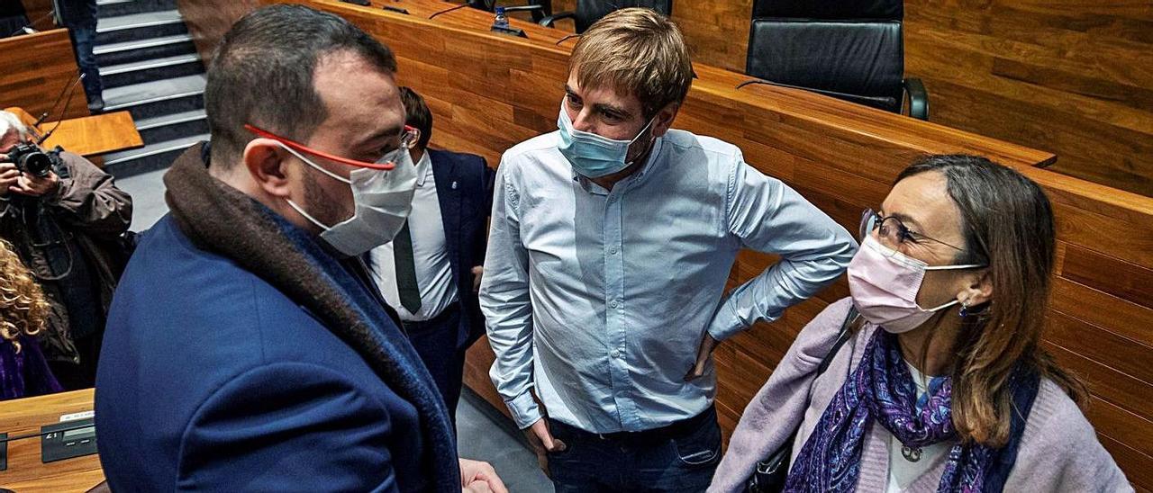 Adrián Barbón conversa con Daniel Ripa y Ángela Vallina, ayer, tras la aprobación del Presupuesto. | Efe