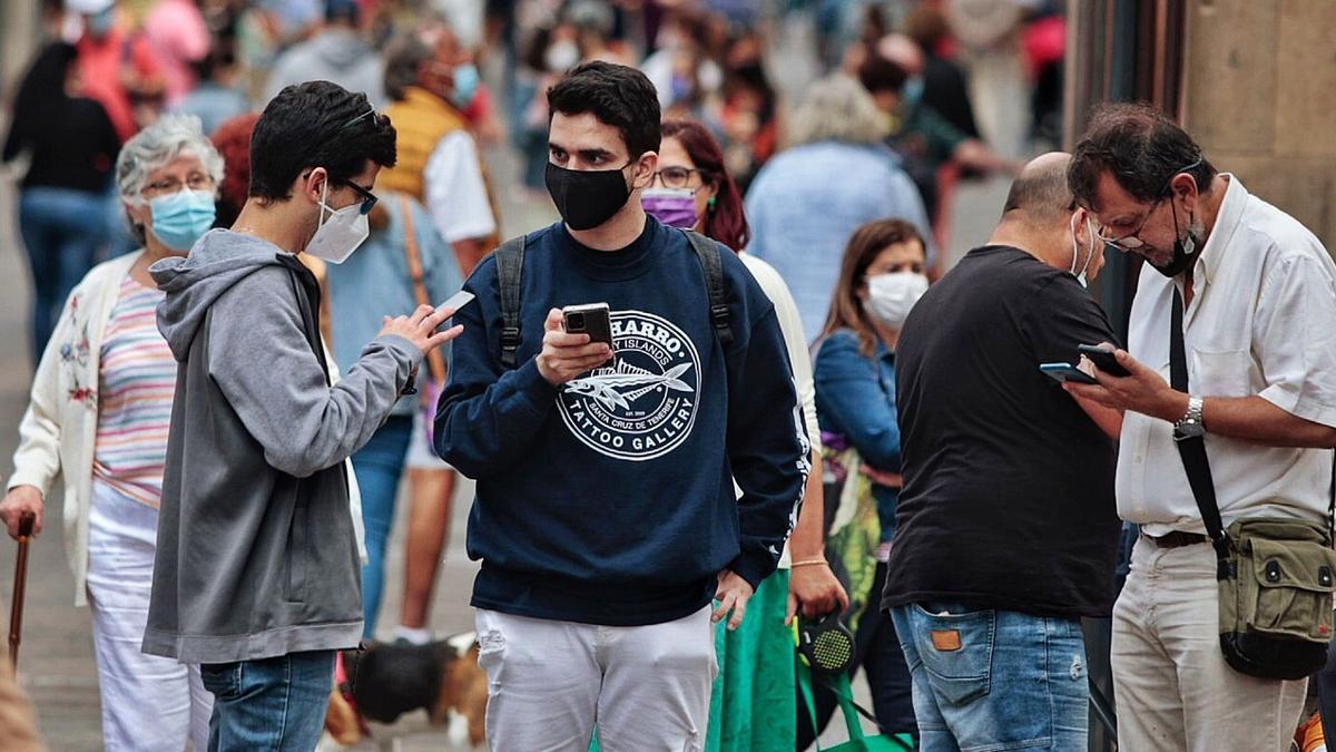 Esta es la imagen que presentaba al mediodía de ayer una calle peatonal de San Cristóbal de La Laguna. Los transeúntes llevan mascarilla para evitar contagiarse de Covid.