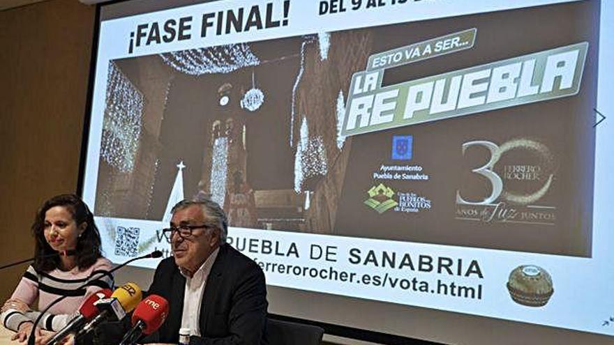 El alcalde de Puebla, José Fernández, y la directora de la Oficina de Turismo, María Teresa del Estal, ayer en la presentación de la final.