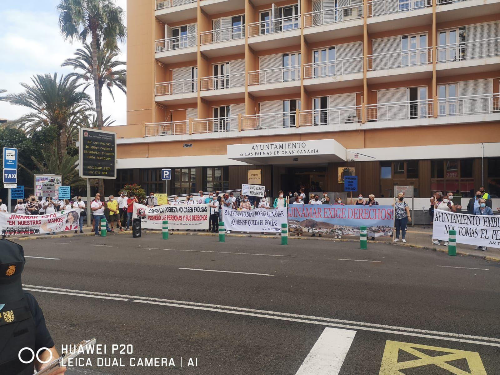 Concentración de vecinos de Jinámar ante las oficinas municipales de Las Palmas de Gran Canaria