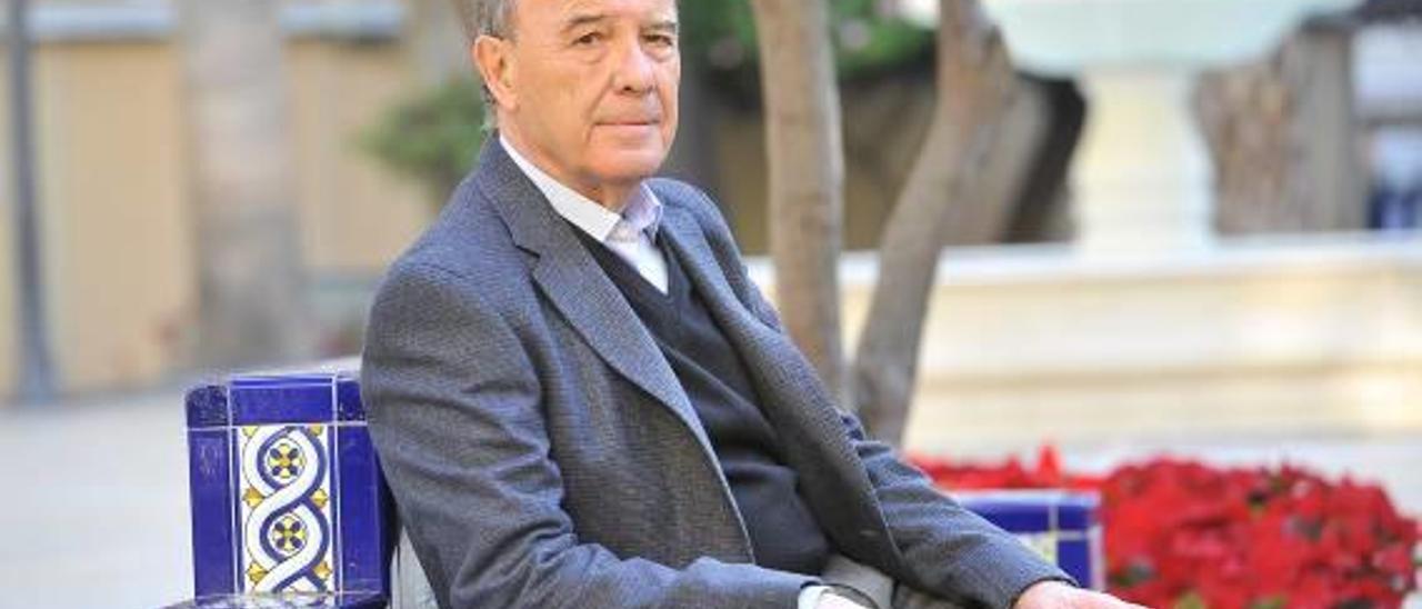 El director del centro de Elche asociado a la Universidad a Distancia, José Ruiz, en la Glorieta antes de la realización de la entrevista.