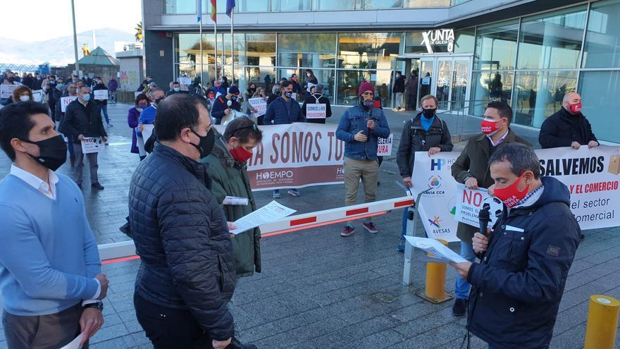 """Concentración de los hosteleros en Vigo: """"Aquí se pasan la pelota unos a otros"""""""
