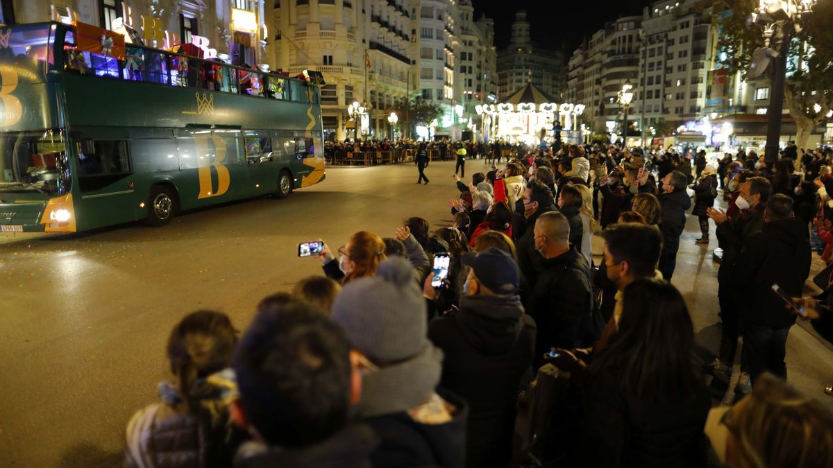 Aglomeraciones en la plaza del Ayuntamiento de València para ver a los Reyes Magos