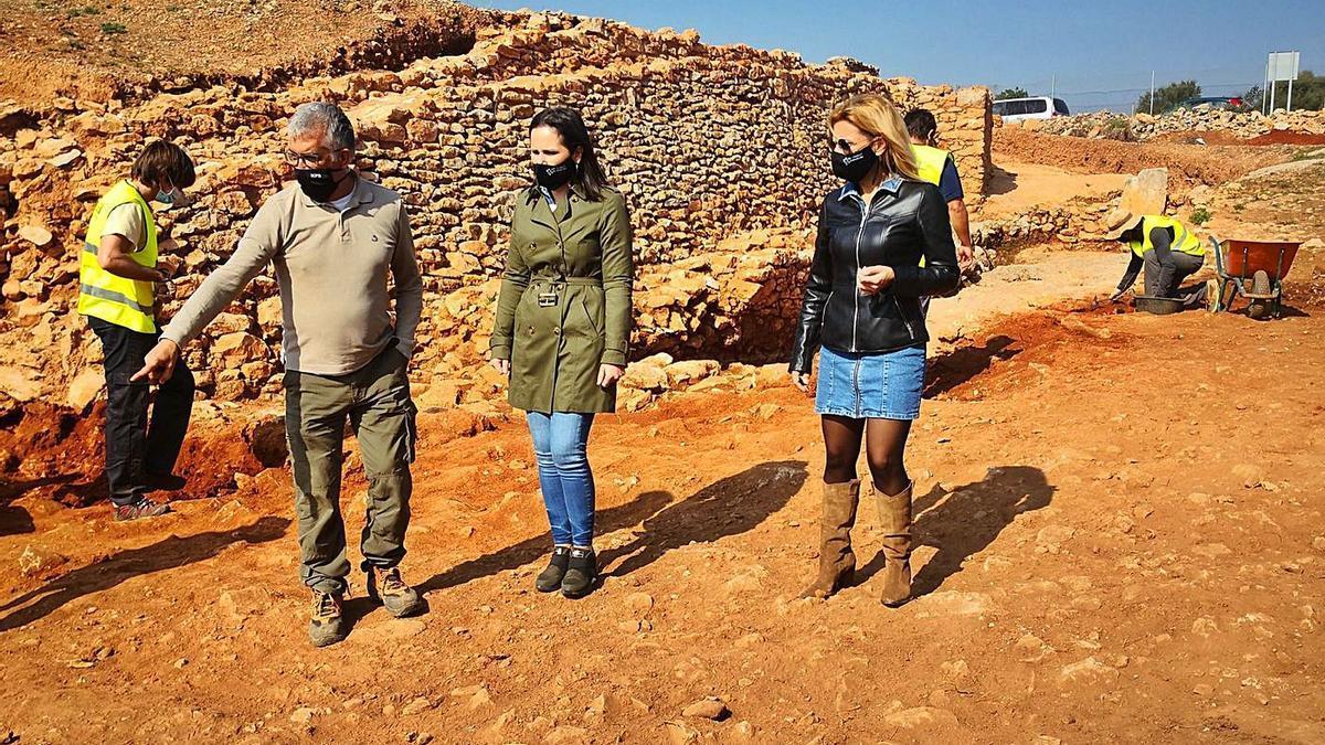 La alcaldesa y la edila de Patrimonio visitaron los trabajos en el Torrelló, junto al arqueólogo municipal y operarios.  | MEDITERRÁNEO