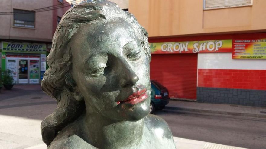 Pintan los labios a una escultura de Octavio Vicent en Vila-real