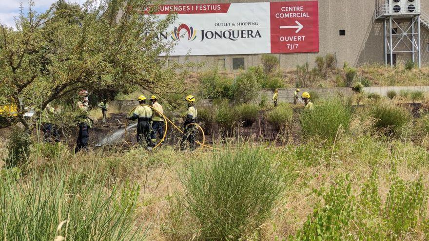 Un incendi crema 300 m2 de rostolls a la Jonquera
