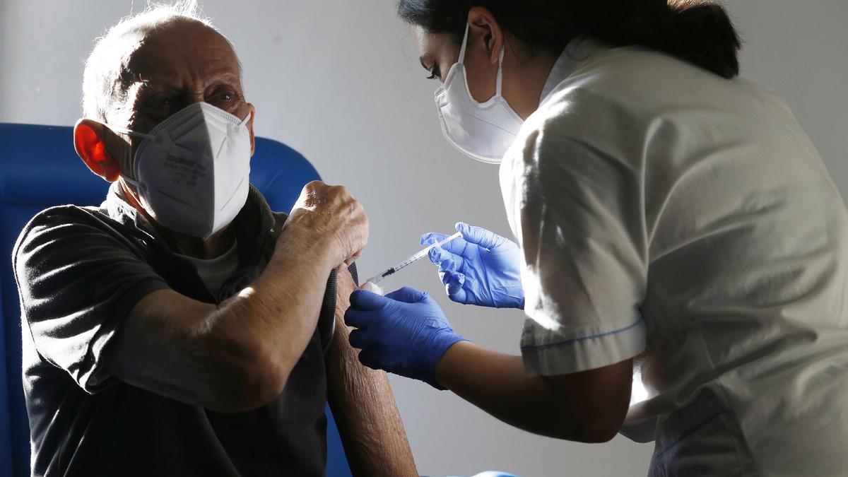 Un anciano se vacuna en Roma.