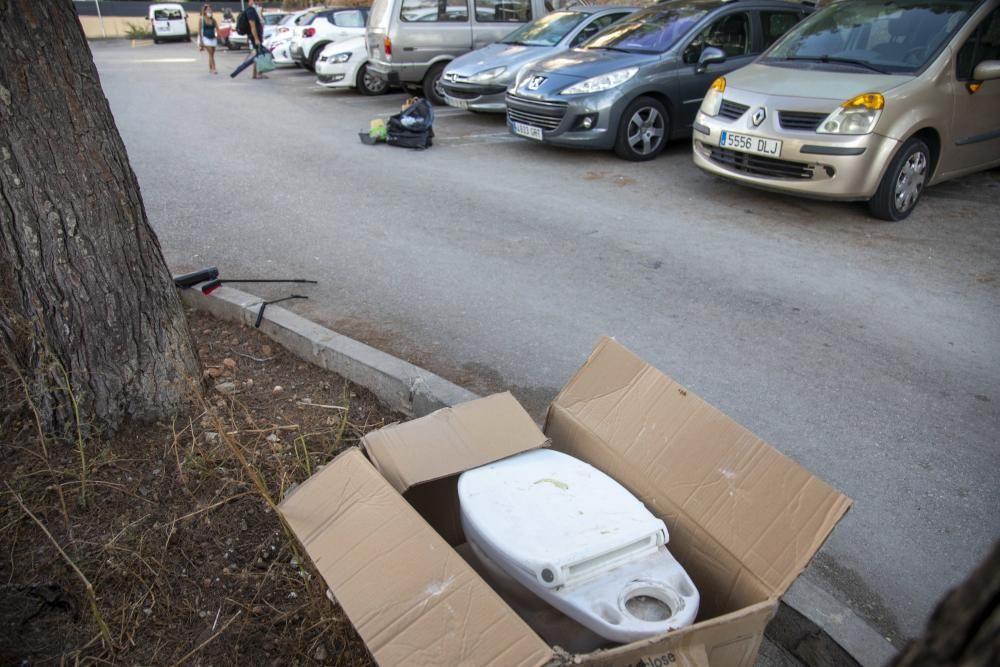 Vecinos de Cala Major limpian el bosque de Can Tàpera y  el parking público del barrio