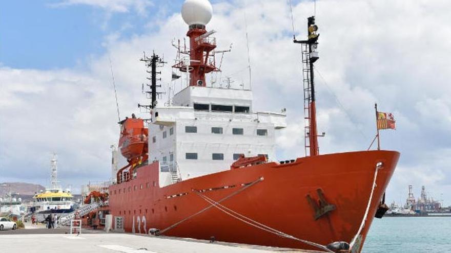 El 'Hespérides', atracado en La Luz con 35 casos de Covid, cancela su viaje a la Antártida
