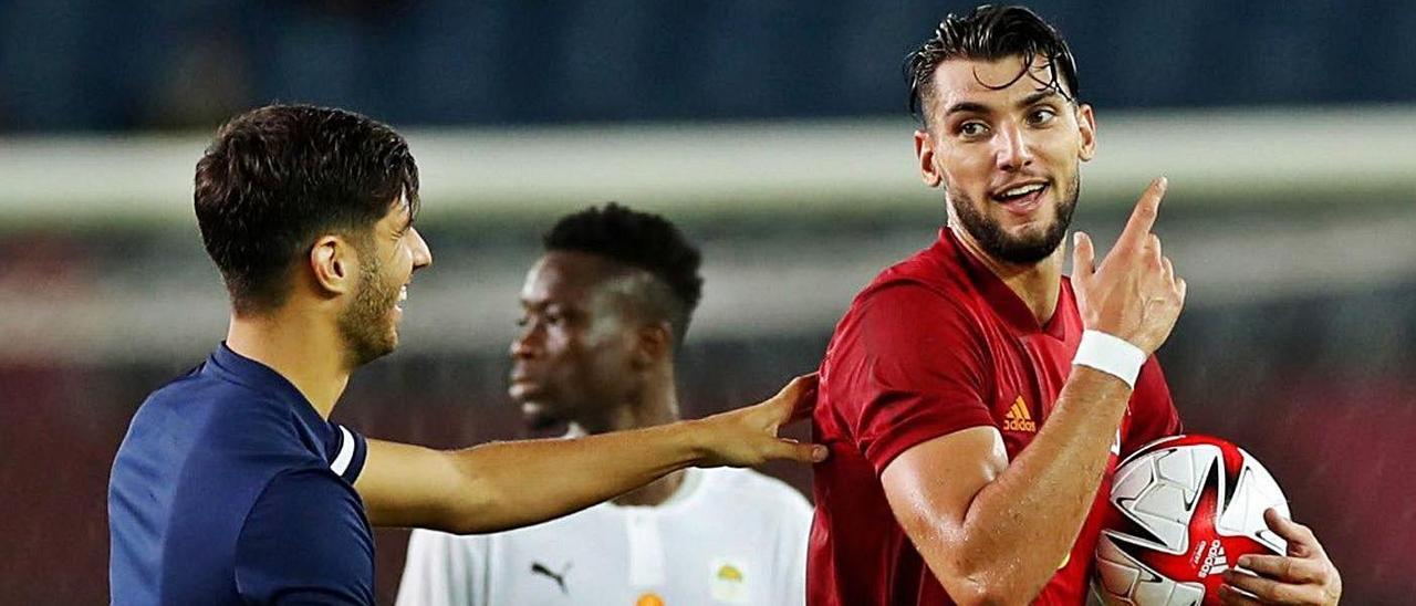 Marco Asensio felicita a Mir, que se lleva el balón, al término del partido ante Costa de Marfil. | RFEF