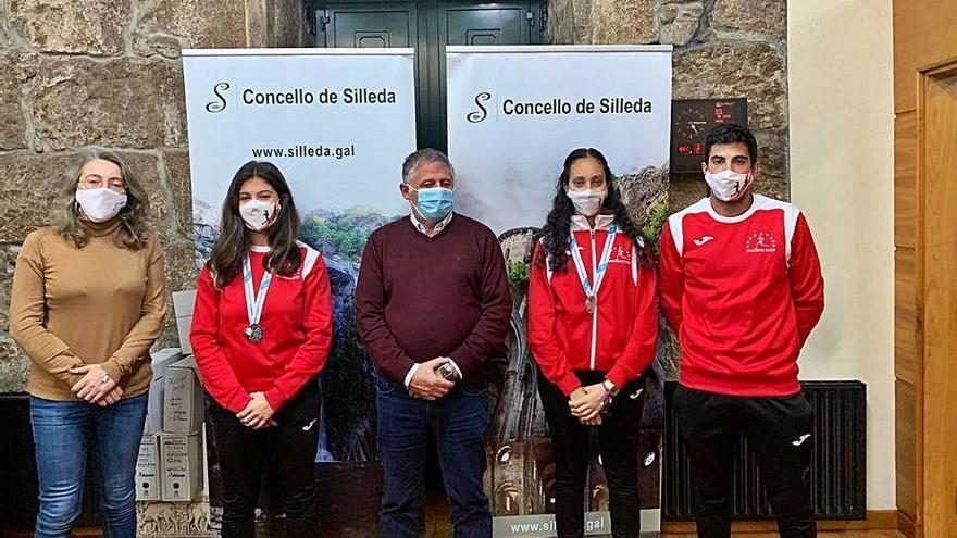 Silleda recibe a las atletas Marta Lázara y Mariem Khallouk