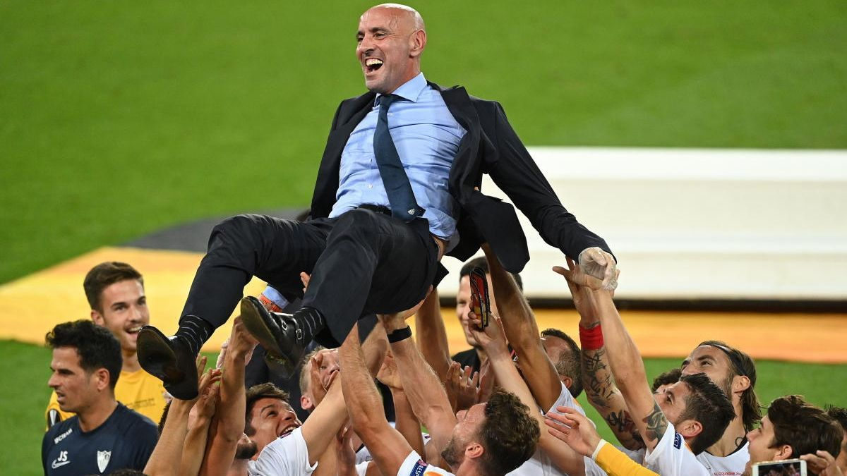 Los jugadores del Sevilla mantean a 'Monchi'