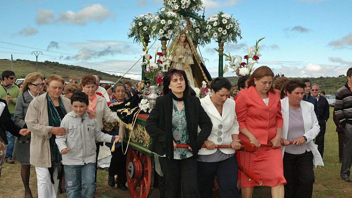 Imagen de una procesión con la Virgen del Puerto tirada de un carro, que este año no ha podido salir. | Ch. S.