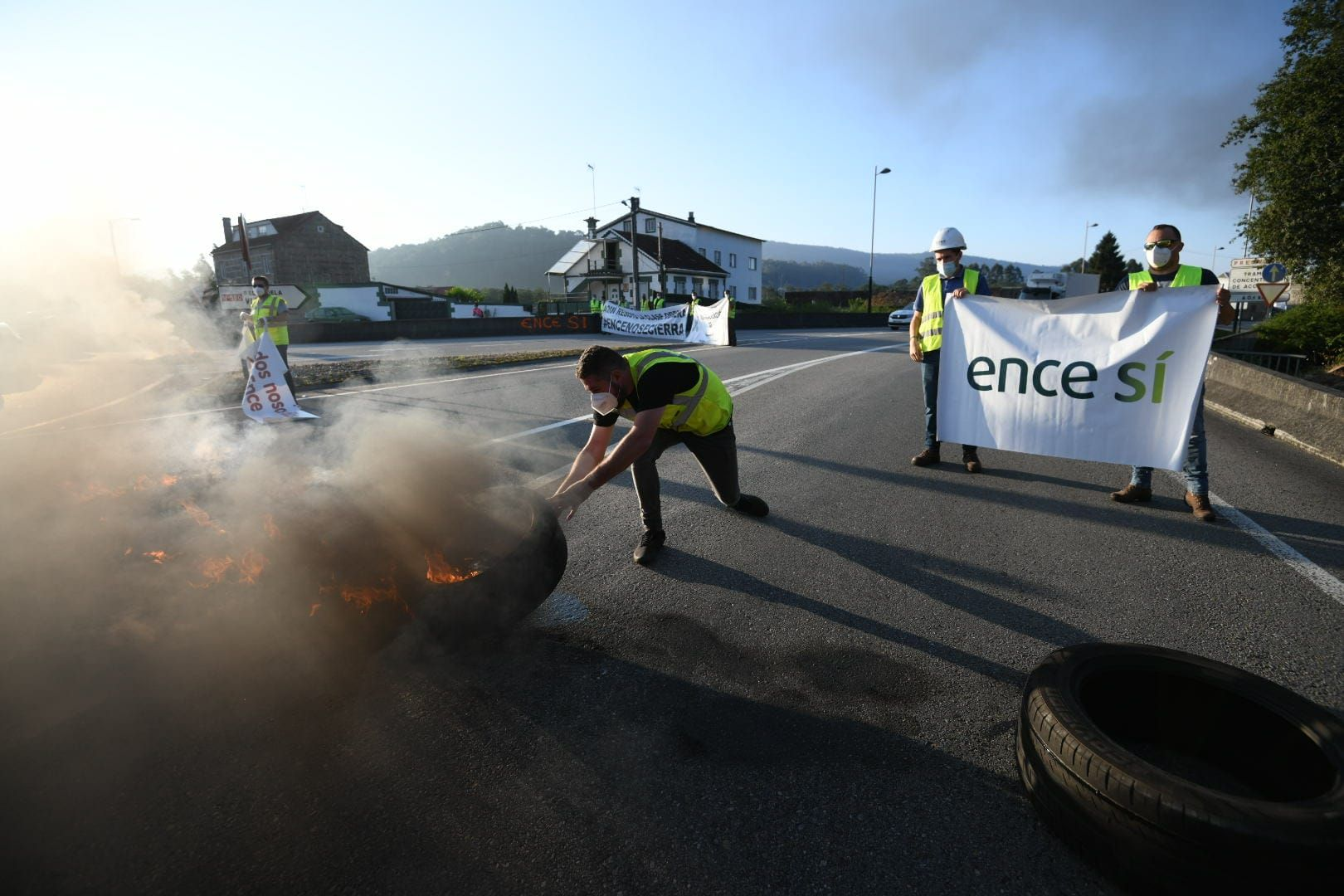 Trabajadores de Ence y auxiliares cortan el tráfico en los accesos a Pontevedra