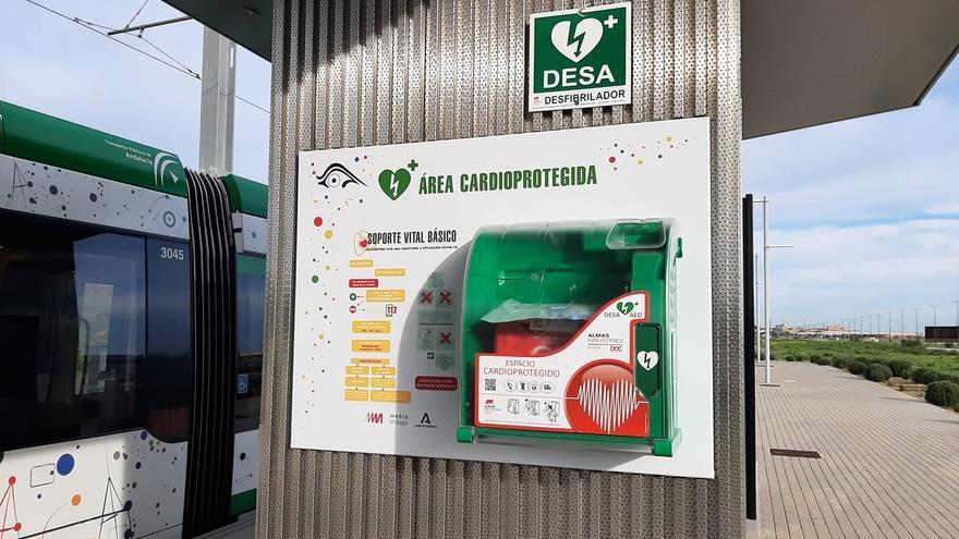 El metro de Málaga cuenta ya con desfibriladores en todas sus paradas