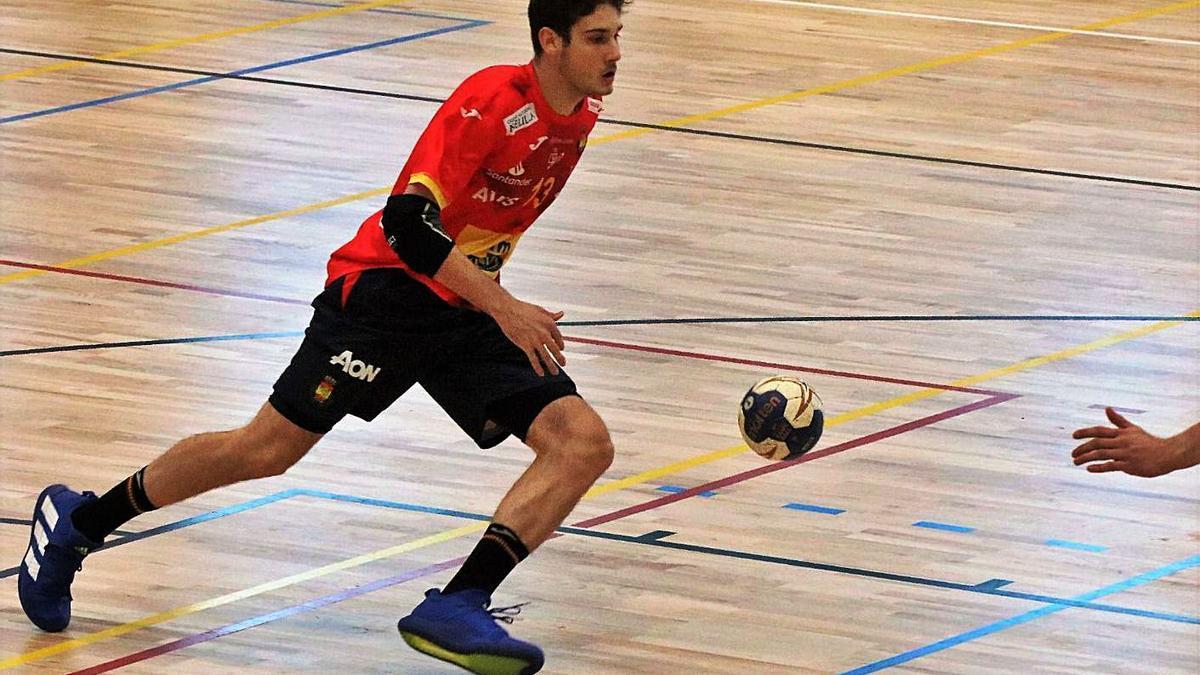 Nacho Salgado, en un partido con la selección española juvenil. |  // RFBM.