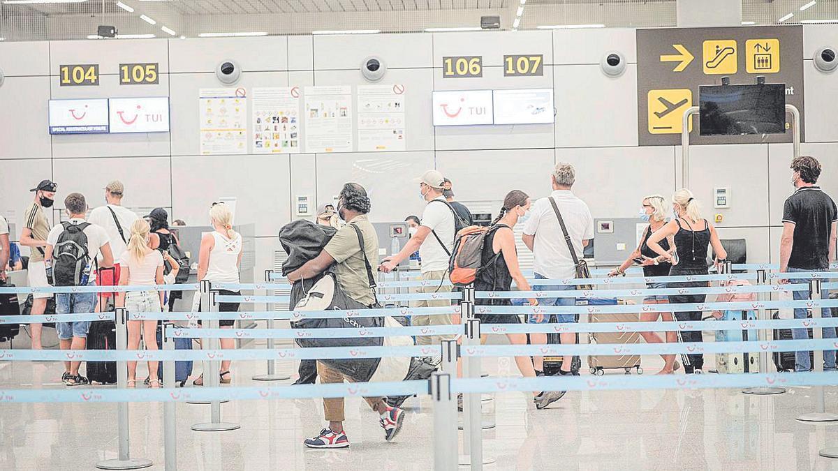 Cola de facturación en el aeropuerto de Palma.
