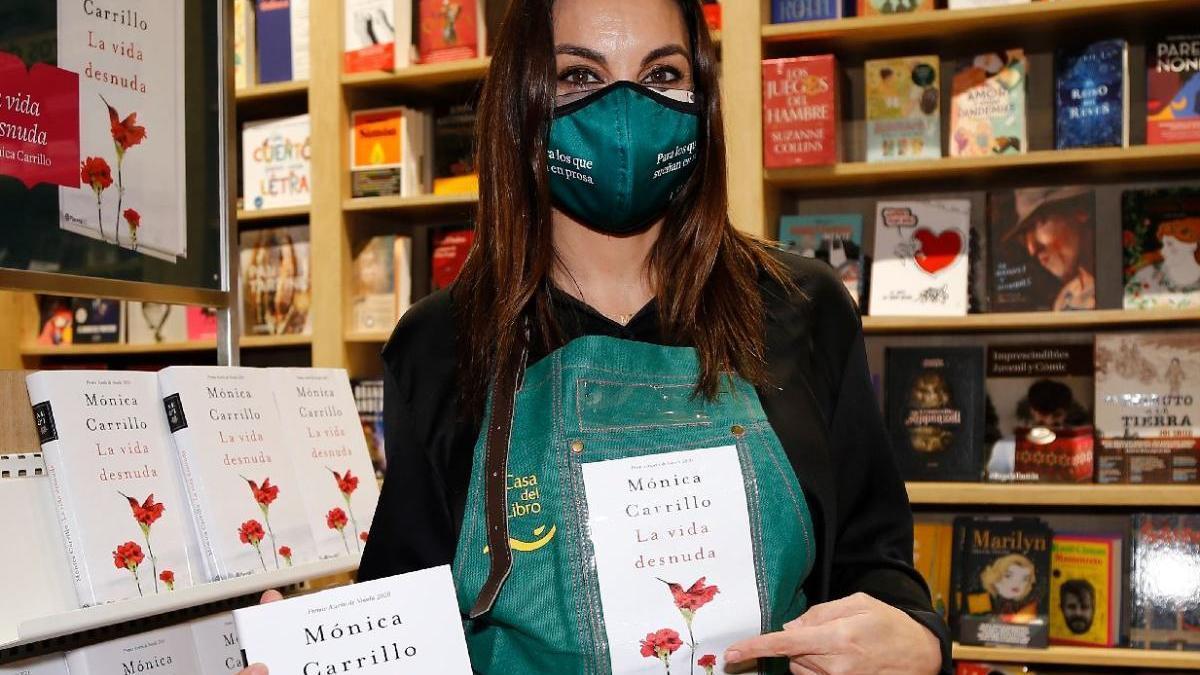L'escriptora Mónica Carrillo ha guanyat aquest 2020 el Premi Azorín de novel·la per la seva obra 'La vida desnuda'