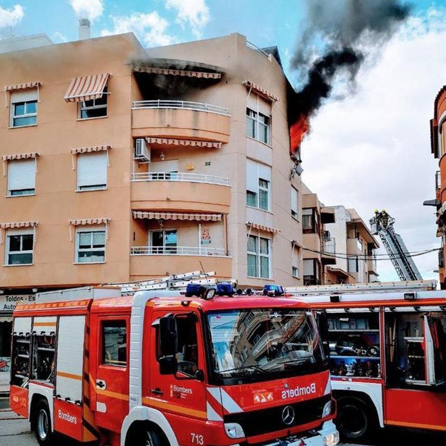 Los bomberos sofocan un incendio en una vivienda del centro de El Campello