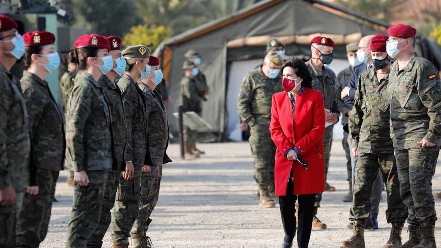 La ministra de Defensa aplaude la lucha del Ejército contra la pandemia en su visita a Bétera