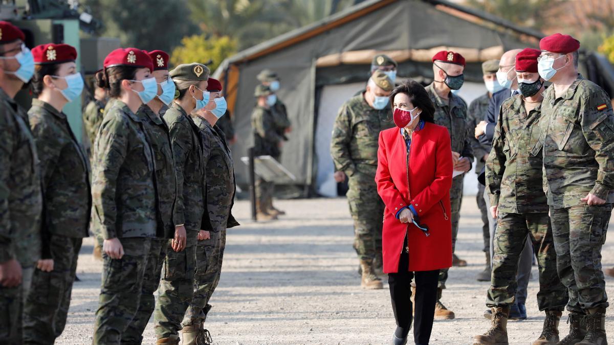 La ministra de Defensa durante su visita a la base militar de Bétera.