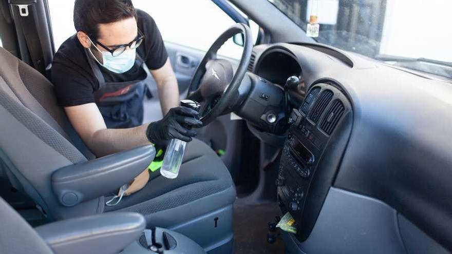 Un joven zamorano desinfecta gratis los coches de emergencias