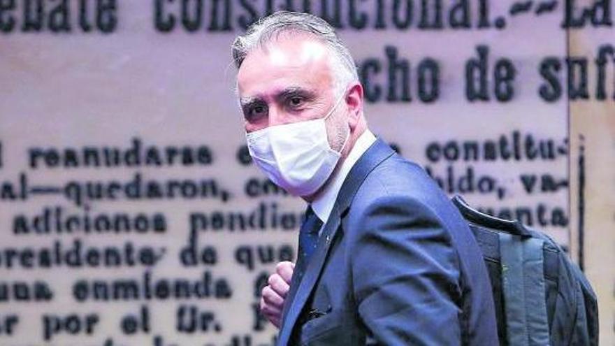 Ángel Víctor Torres a su llegada a la comisión del Senado a la que fue invitado a hablar de insularidad.