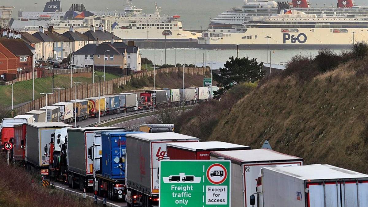 Colas de camiones en el puerto francés de Calais.