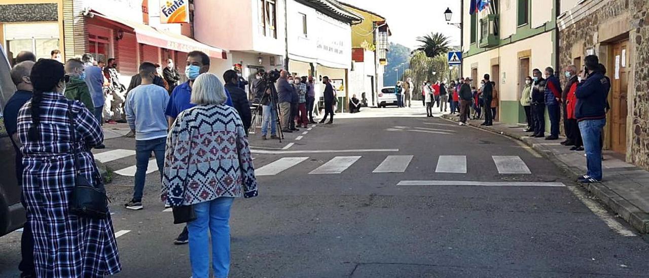Los vecinos, durante la concentración de protesta que tuvo lugar ayer en Santa Eulalia.   R. A. I.