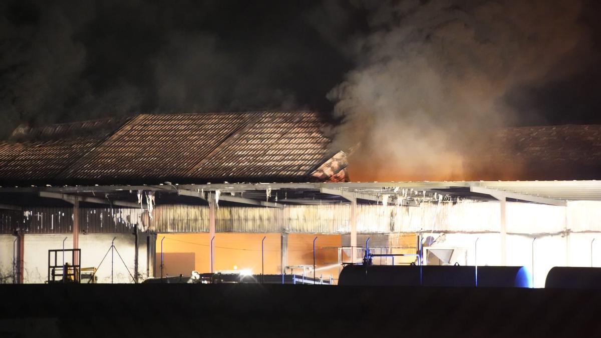 Naves quemadas en el incendio de Cobadu.