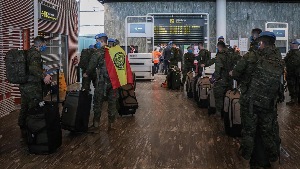 Los efectivos del contingente, esta mañana, en la terminal del aeropuerto de Zaragoza.