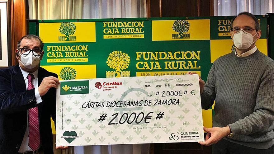 Cáritas recibe 2.000 euros del reto solidario de Caja Rural