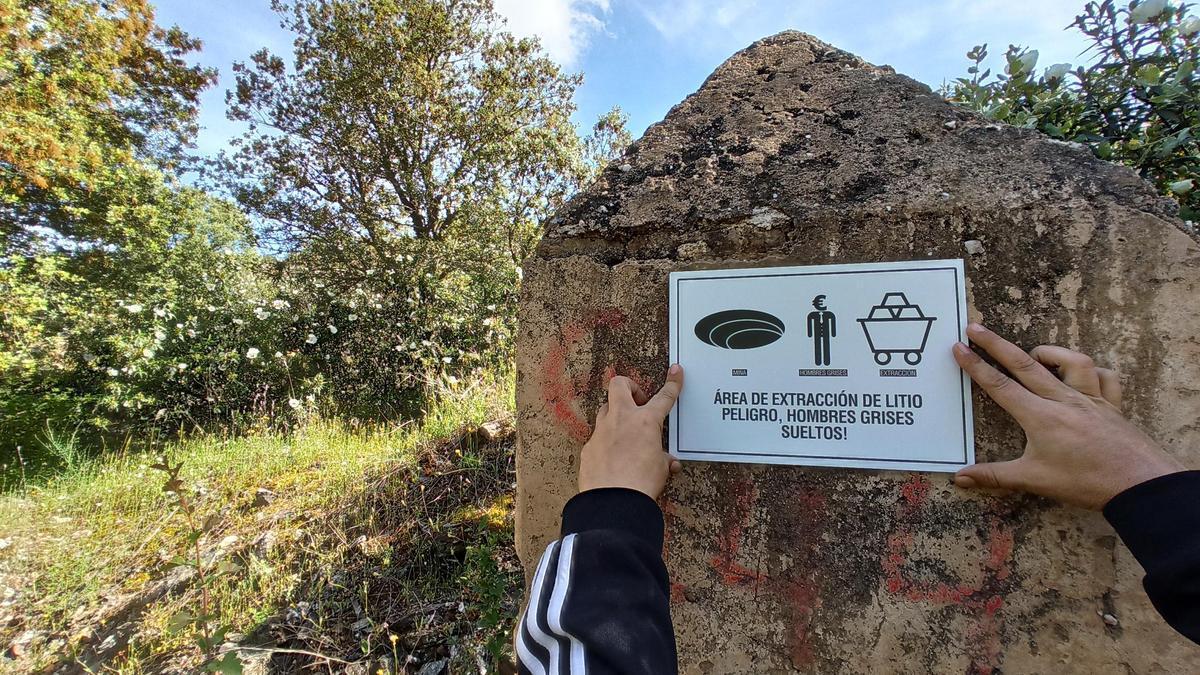 Rótulo instalado contra el proyecto minero de Valdeflores.