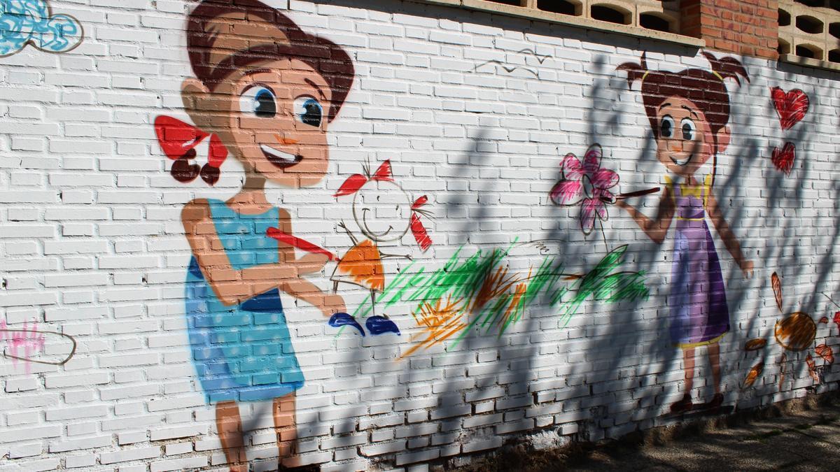 Fachada del colegio Jacinto Benavente con su nuevo mural.