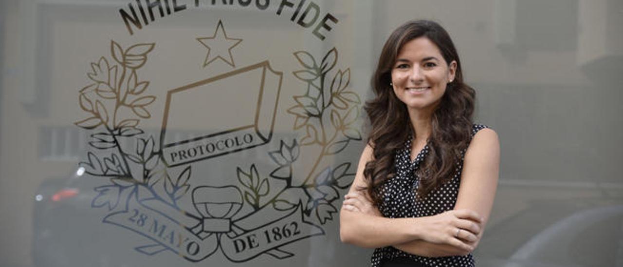 Adela Arriola, ayer, ante su notaría de la calle San Miguel, en Gáldar.