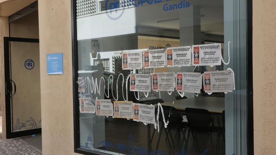 Arran pega en la sede del PP de Gandia las placas franquistas robadas