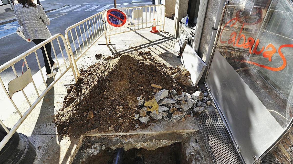 Las obras para la reposición del servicio se realizan en la calle Pintor Laxeiro.   | // BERNABÉ/JAVIER LALÍN