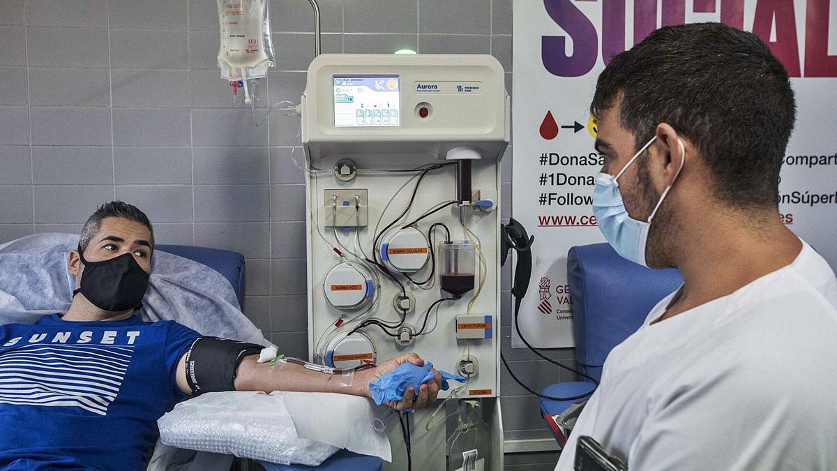 Un paciente que ha padecido  el virus dona su plasma en un centro hospitalario. pilar cortés