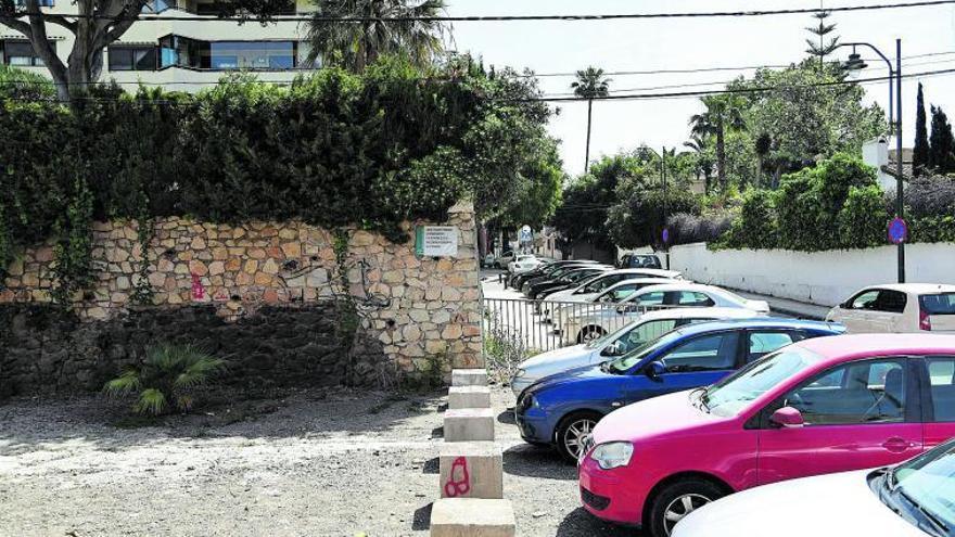 Un arroyo de La Caleta  escoltado por los coches