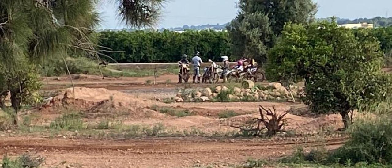Motoristas en la parcela de entrenamiento de Bétera, en una imagen captada desde el exterior. | LEVANTE-EMV