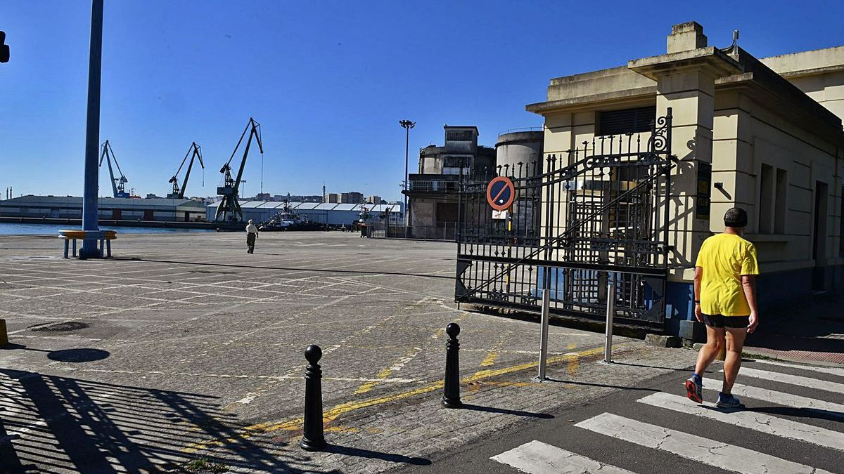 Acceso peatonal al muelle de Batería desde la avenida do Porto. |   // VÍCTOR ECHAVE