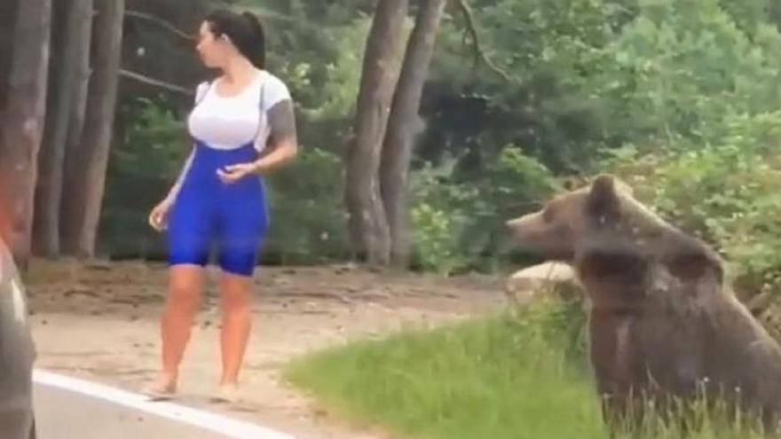 Posa junto a un oso en Rumanía para sacarse una foto