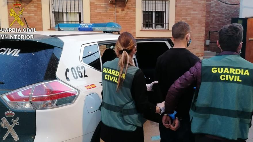 Detenido por intento de homicidio el joven que lanzó una placa de mármol desde una azotea en Benicarló