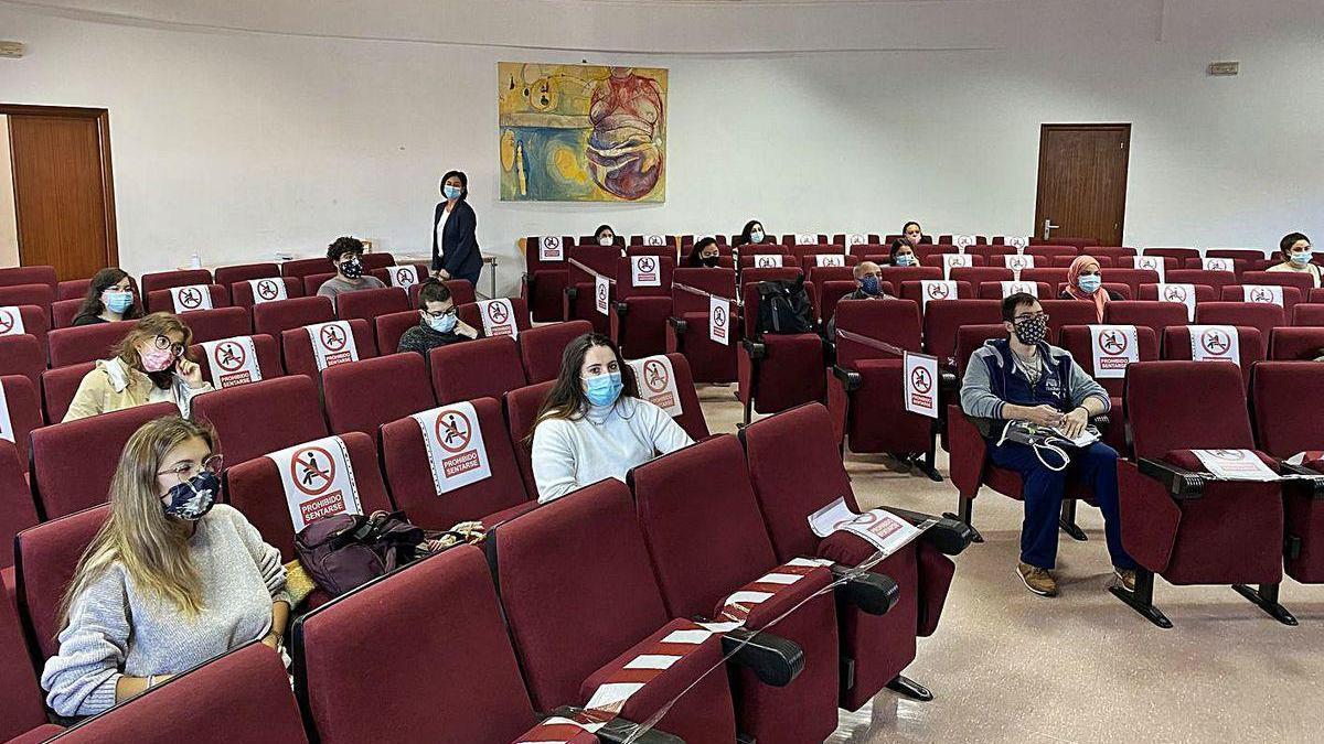 Asistentes a una de las actividades, ayer, en la biblioteca pública de Marín.