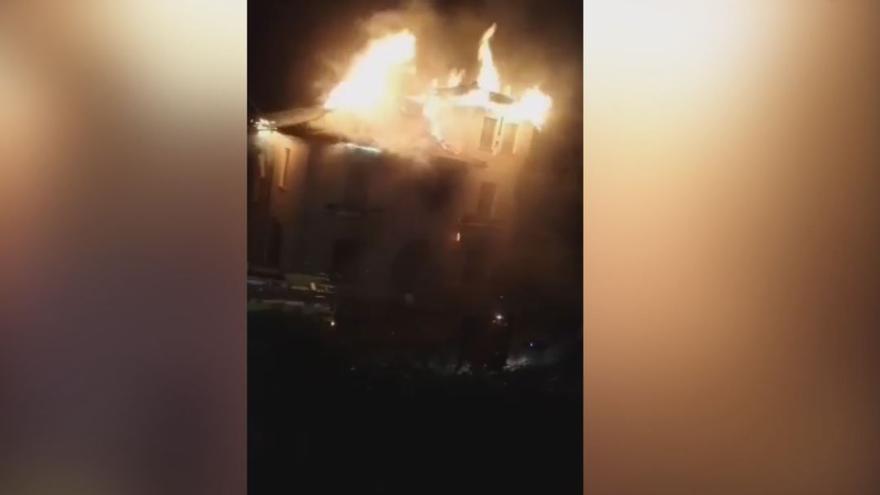 El incendio de una vivienda en Sames (Amieva) obliga a movilizar a los Bomberos de Cangas de Onís y Llanes