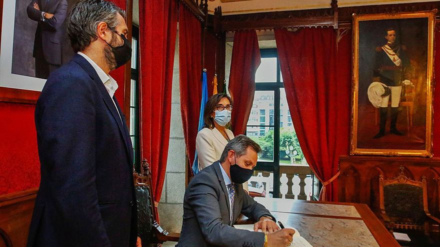 Miñones y Varela pasan revista a los proyectos pendientes del Estado en Vilagarcía