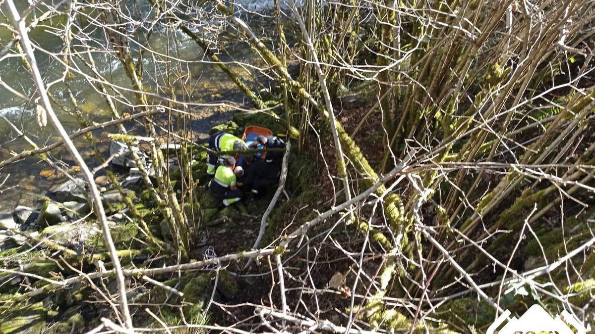 El rescate del herido, junto al río Caleao