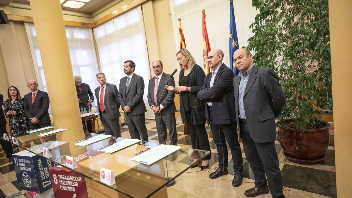 Los lideres de CEOE, Cepyme, UGT y CCOO en una imagen de archivo con Lambán y Gastón.